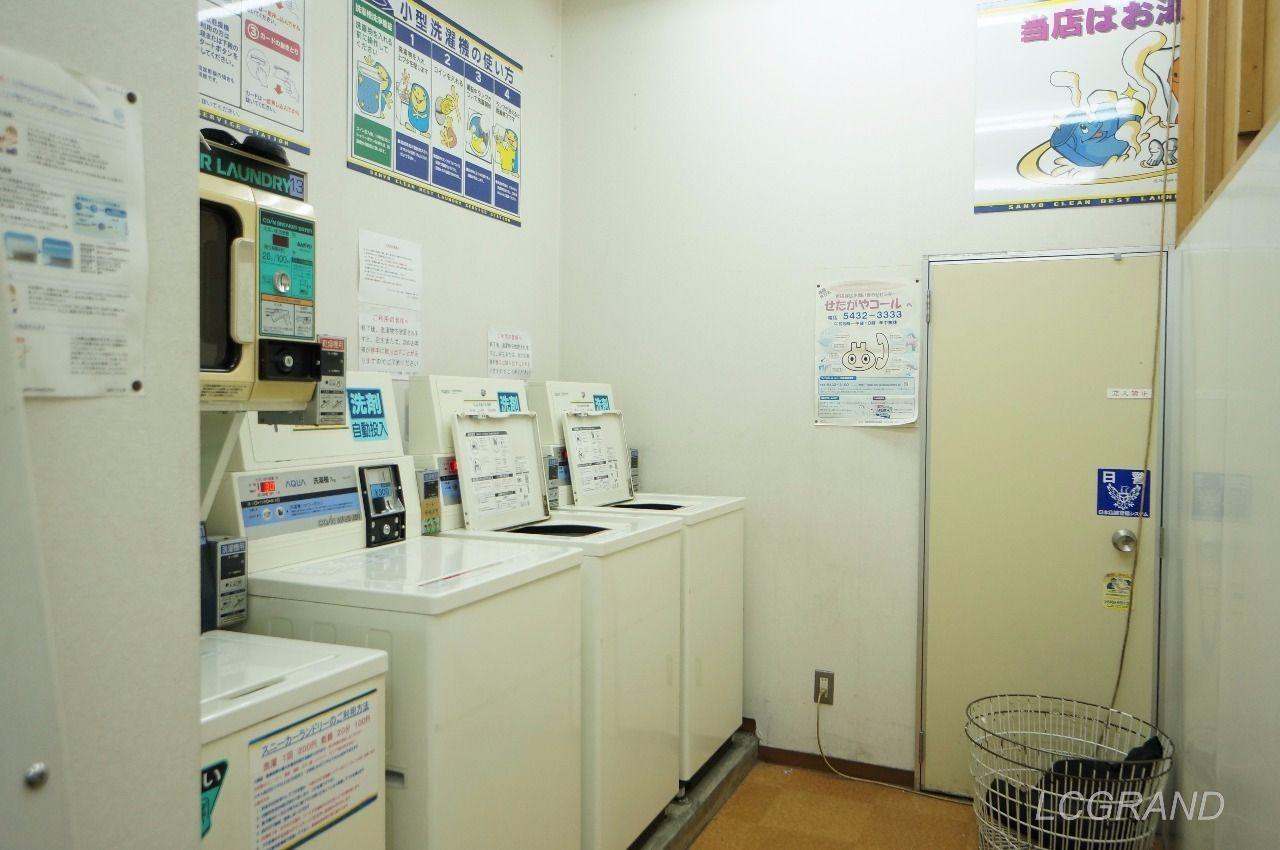 普通の洗濯機が3台あります。隣には靴洗い機も完備
