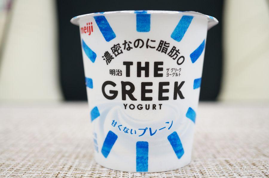 ザグリークヨーグルトのパッケージは爽やかな印象でとてもいシンプルです。