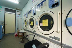 コインランドリーさちの壁には乾燥機が並んでいます