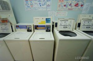 コインランドリーさちの店内の壁際には洗濯機が並びます