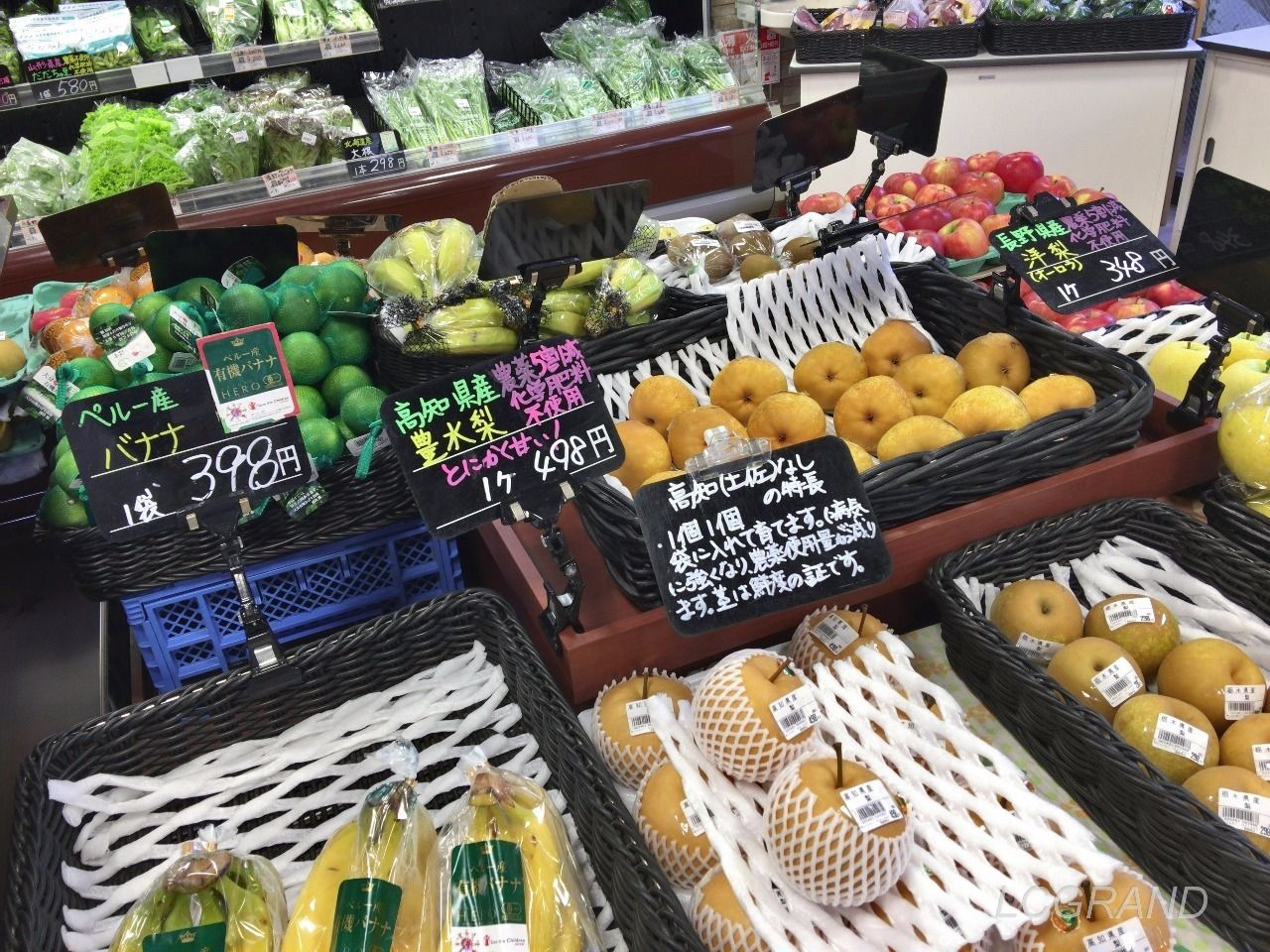 ムスビガーデン桜新町店の入口を入ってスグにある新鮮な果物