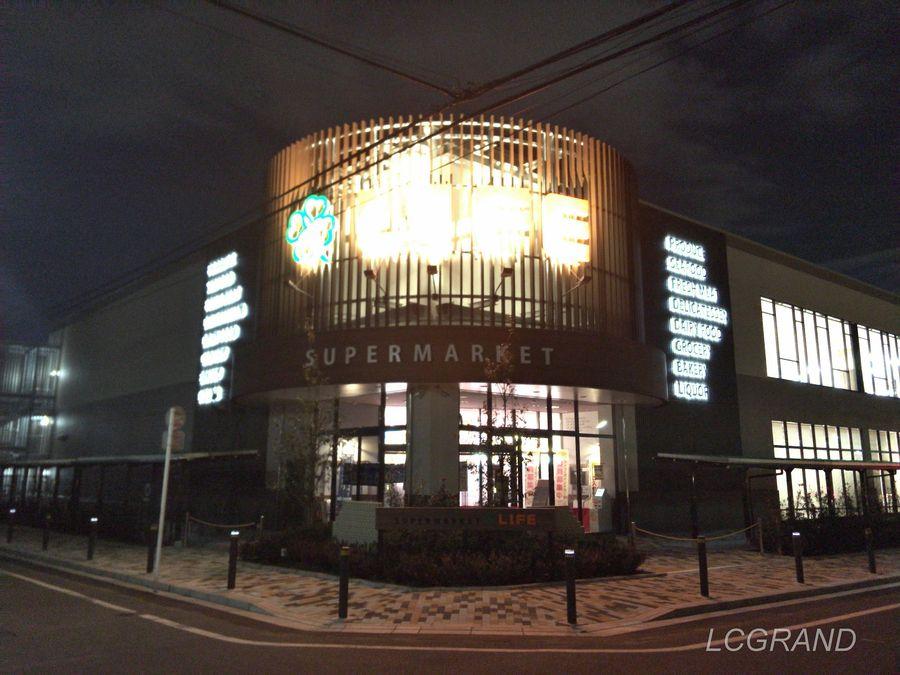 出入り口前で撮影した夜のライフ桜新町店の様子
