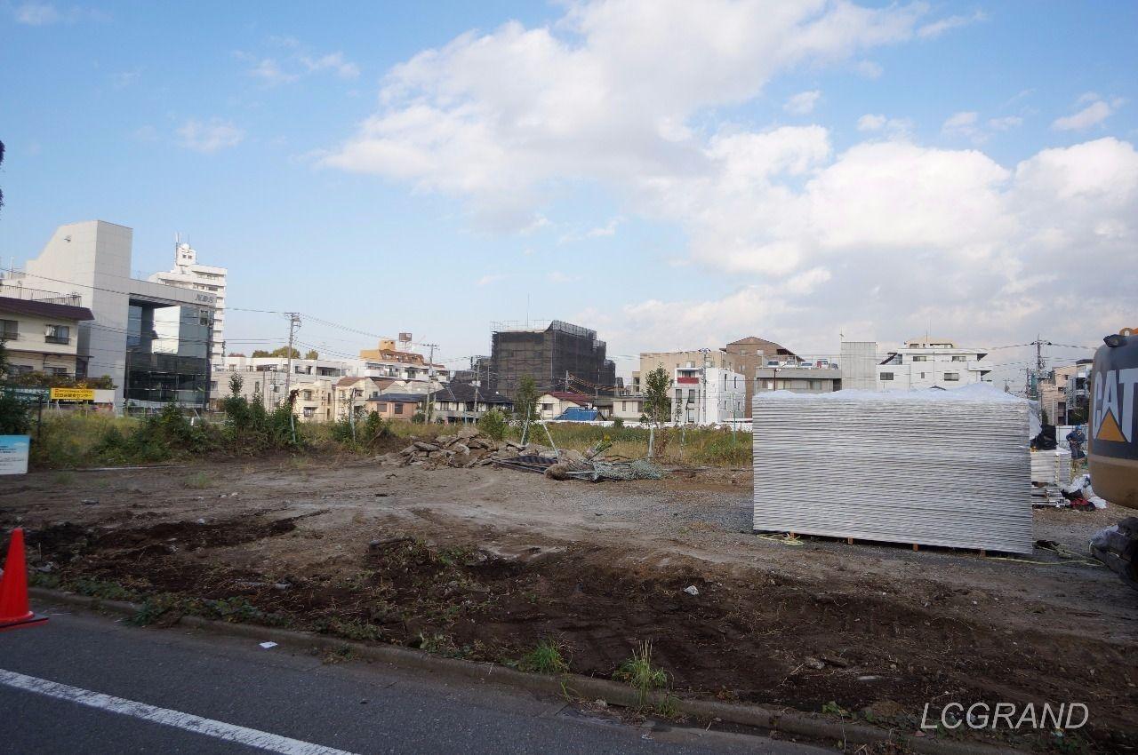 ライフ桜新町店の建築予定地の様子 パワーショベルや建築材が少量ながら運び込まれています。