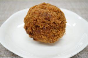 ボールのような形をしたライフ桜新町店の爆弾メンチカツ