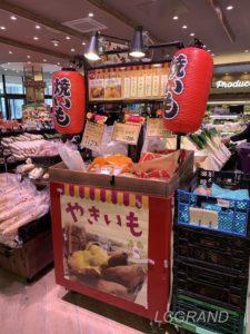 焼き芋コーナーの雰囲気と香りに購買意欲がそそられます