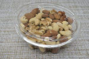 ナッツバイキングの小さい器に入れた食塩不使用のミックスナッツ