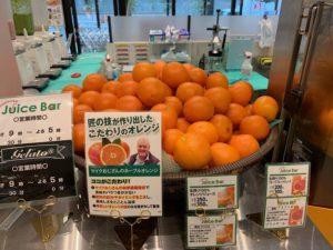 ジュースバーの店頭にはマイクおじさんのネーブルオレンジがゴロゴロとあります