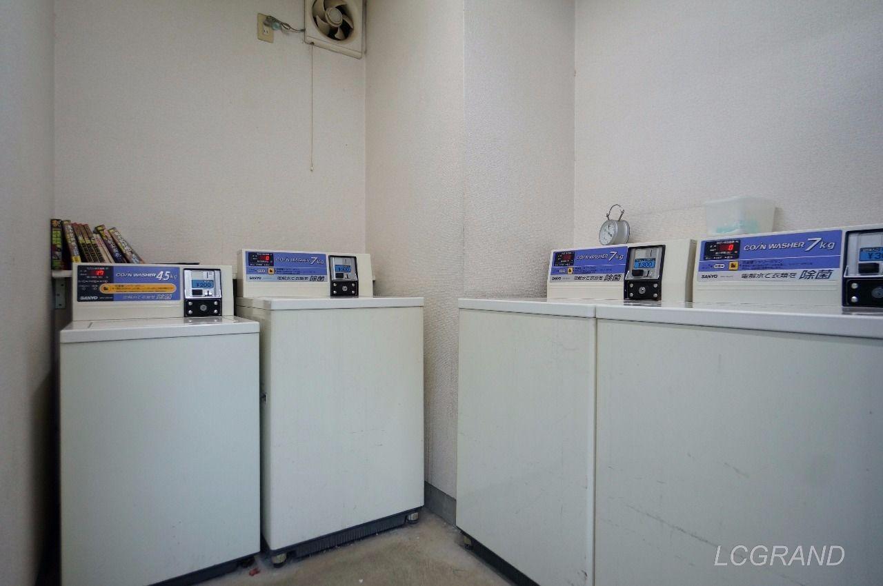 合計で4台の洗濯機があるコインランドリー