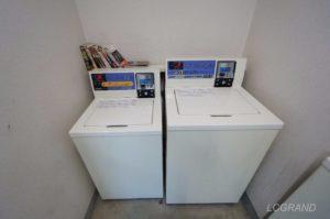 横並びに洗濯機があり、左に4.5キロの洗濯機があり、右に7キロの洗濯機があります。