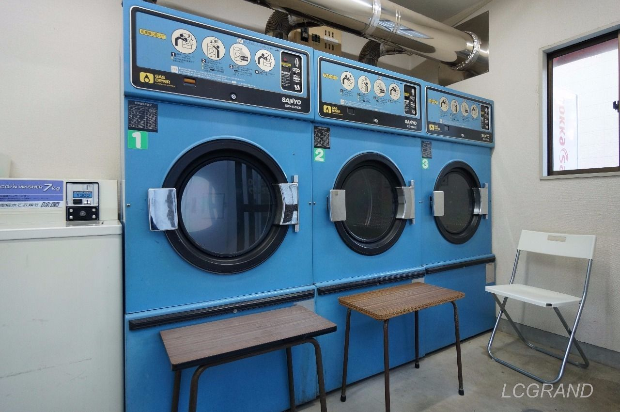 青い大型の乾燥機が横並びに3台並びます。