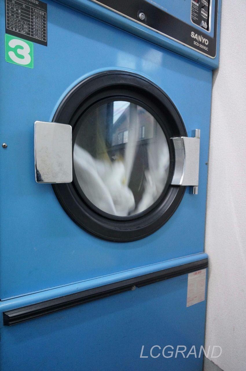 タオルを乾燥している乾燥機 乾燥機の窓はグルグルとタオルが回っています。