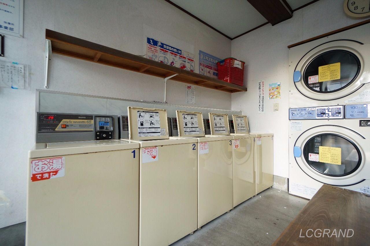 4.5キロの洗濯機が5台並びすべての洗濯機がお湯で洗濯します。