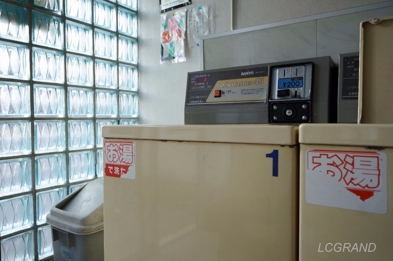 ガラスブロックから漏れる光が洗濯機にあたり、なんとも言えない温かい雰囲気を作っています。