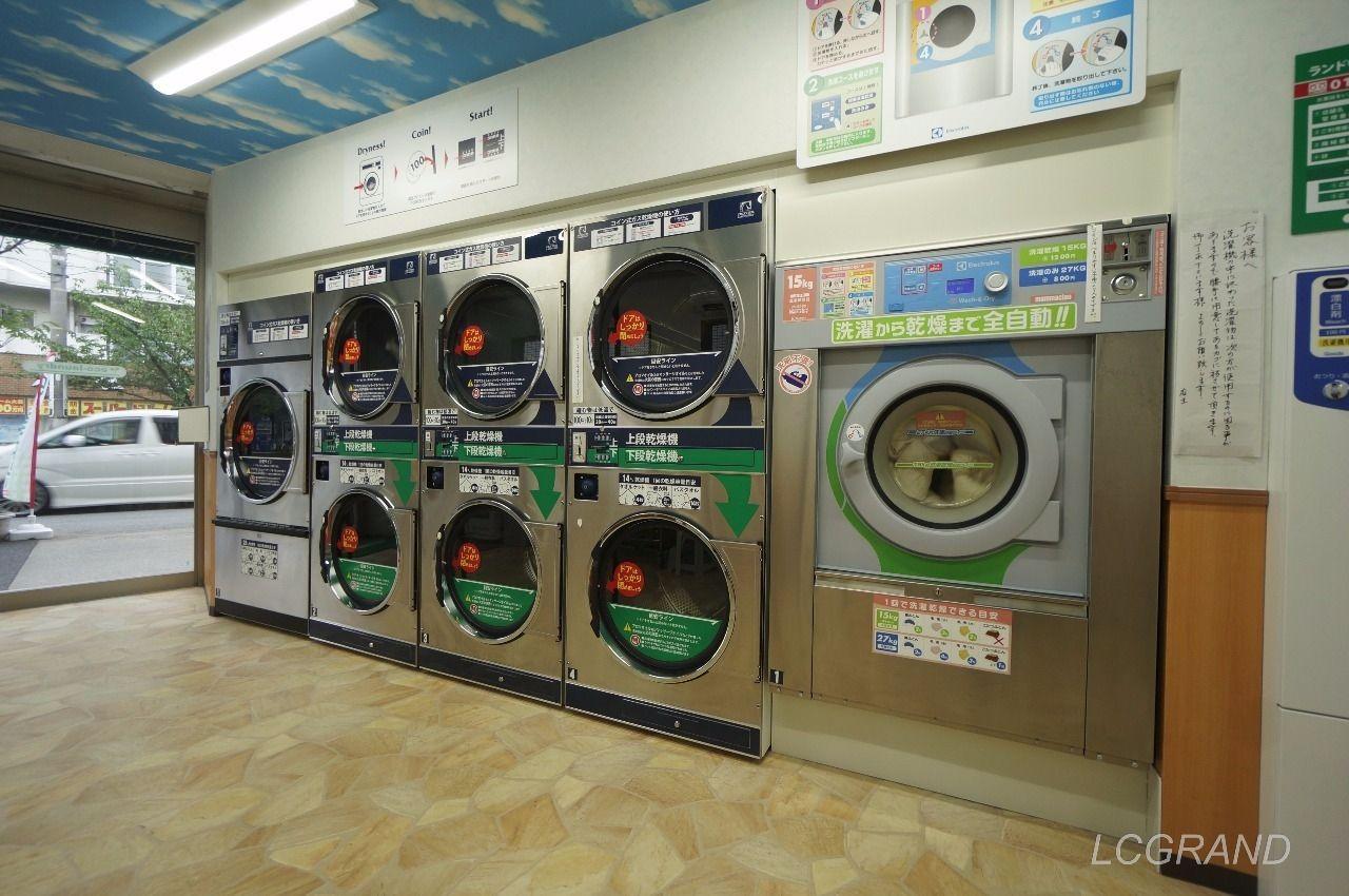 コインランドリーにある乾燥機と洗濯と乾燥までできる洗濯機(右の一台のみ)