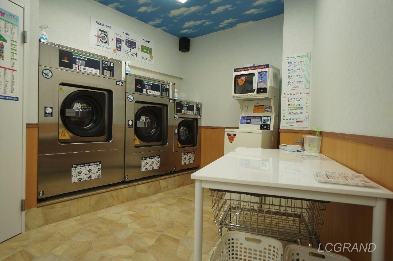 店内の奥に並ぶ洗濯機