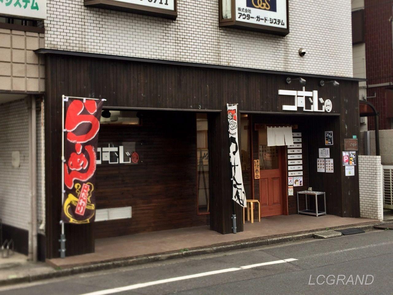 麺処つむじさんのお店の外観 黒く塗った木の板が多く張られ好感のもてる外観です。