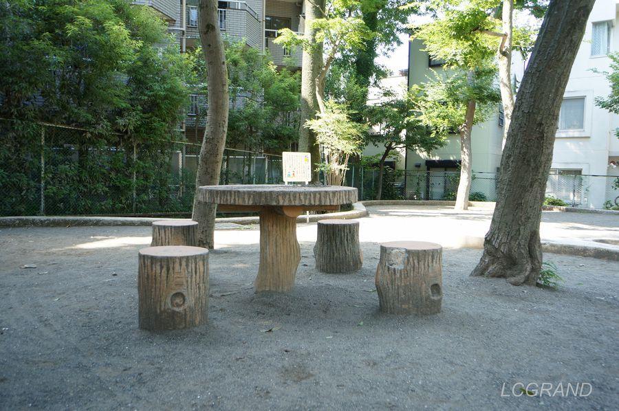 弦巻どんぐり山公園にあるテーブルとイスは木をモチーフに模っています。