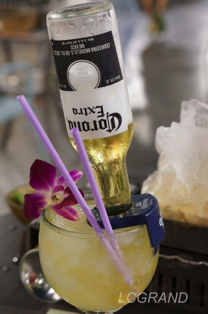 豪快にコロナビールの瓶ごとグラスに突っ込んだカクテル