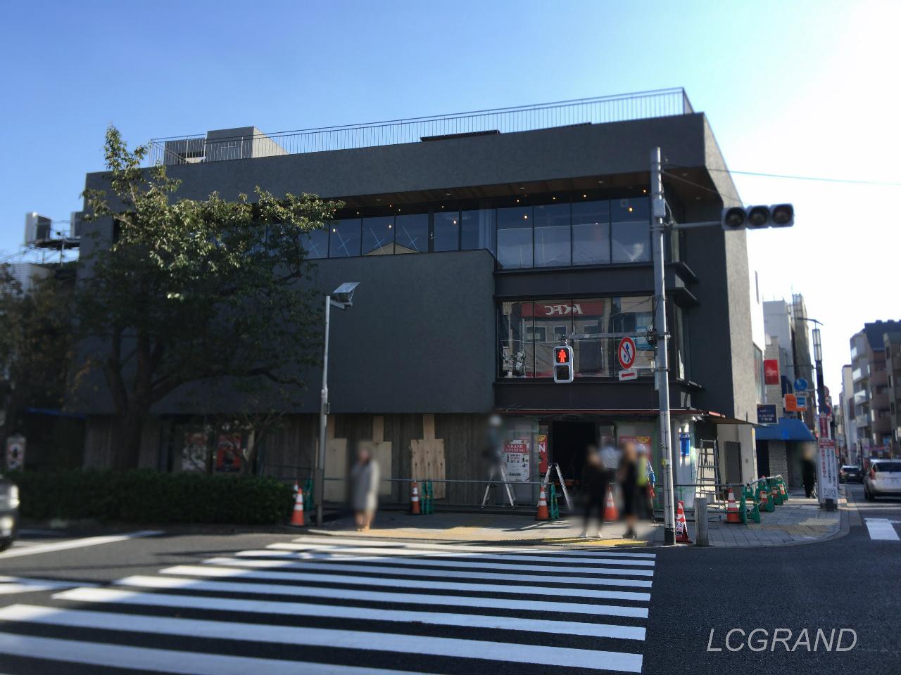 3階建てのテナントビルで1階にカルディコーヒーファーム桜新町店が入るビル