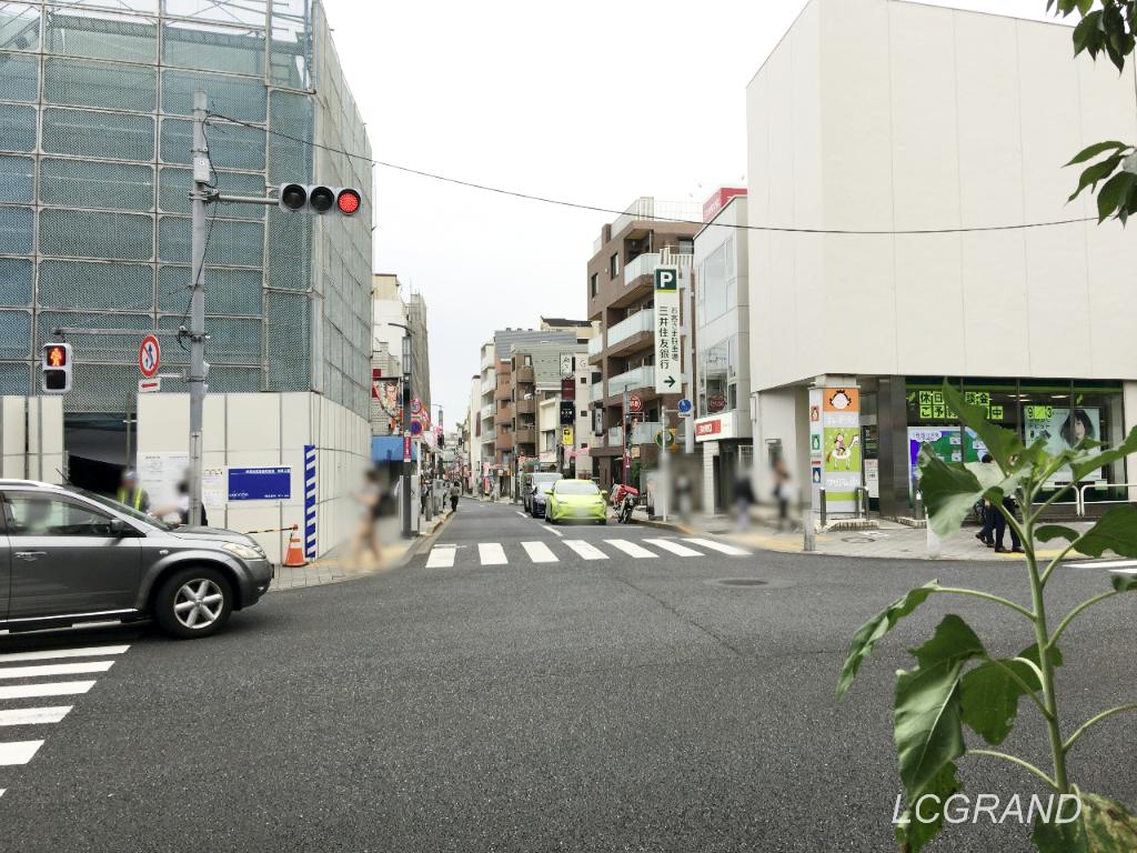 サザエさん通りにつながる桜新町駅前の交差点