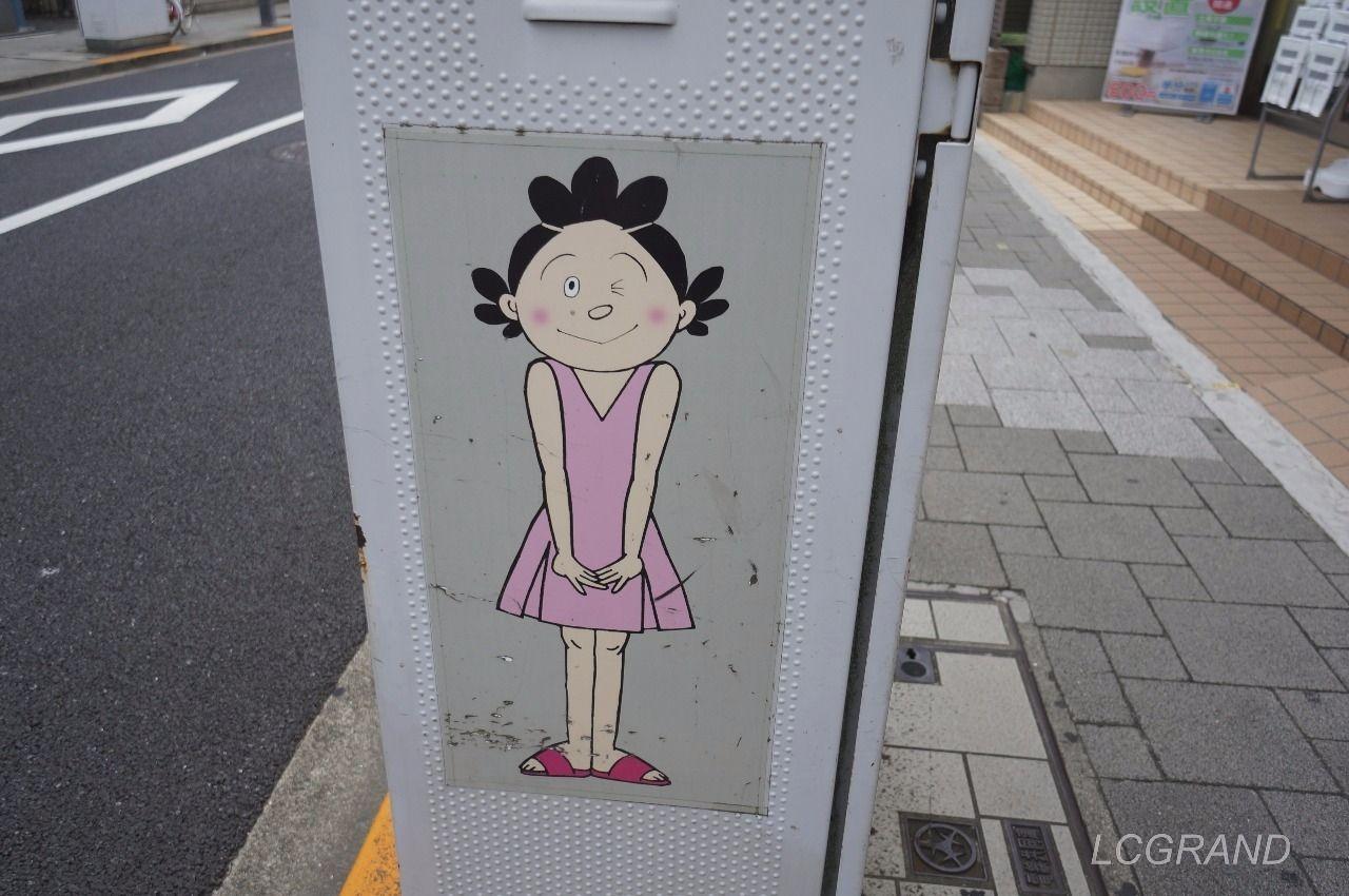 サザエさん通りにある全身ショットのサザエさんのイラスト