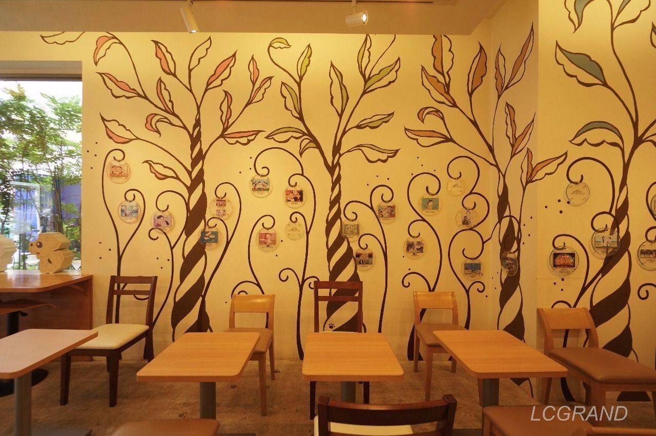 植物があしらわれた店内の壁