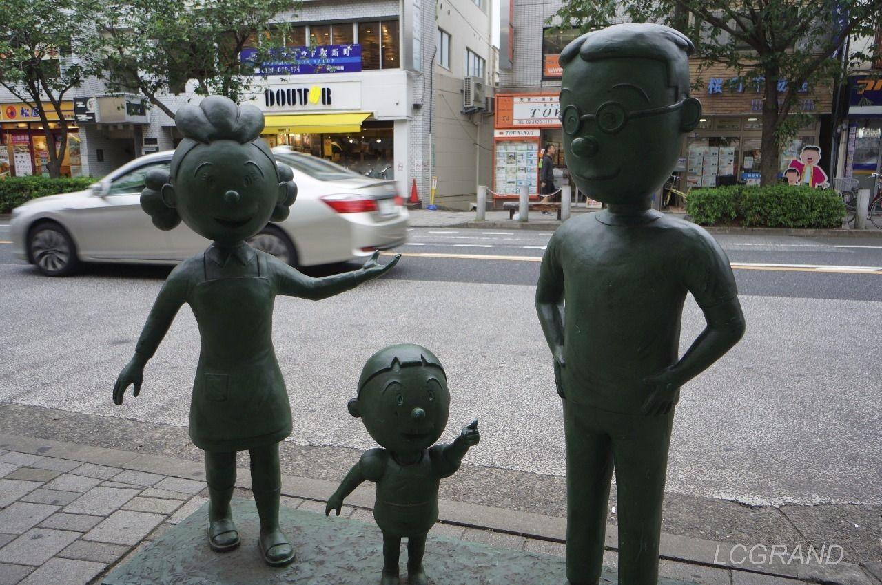 桜新町駅西口出口にあるサザエさん、タラちゃん、マスオさんのサザエさん一家の銅像