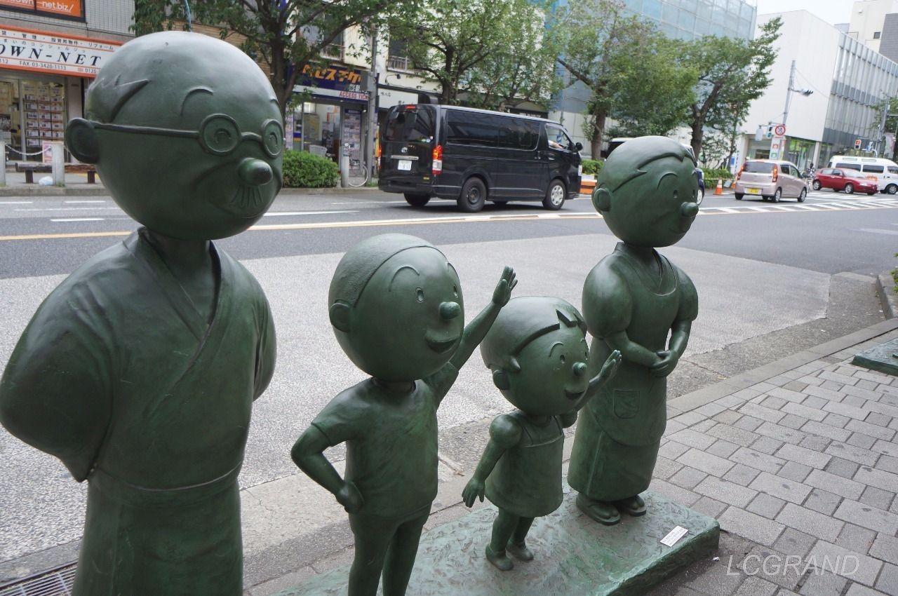 桜新町駅西口出口にある波平さん、カツオ君、ワカメちゃん、フネさんのサザエさん一家の銅像