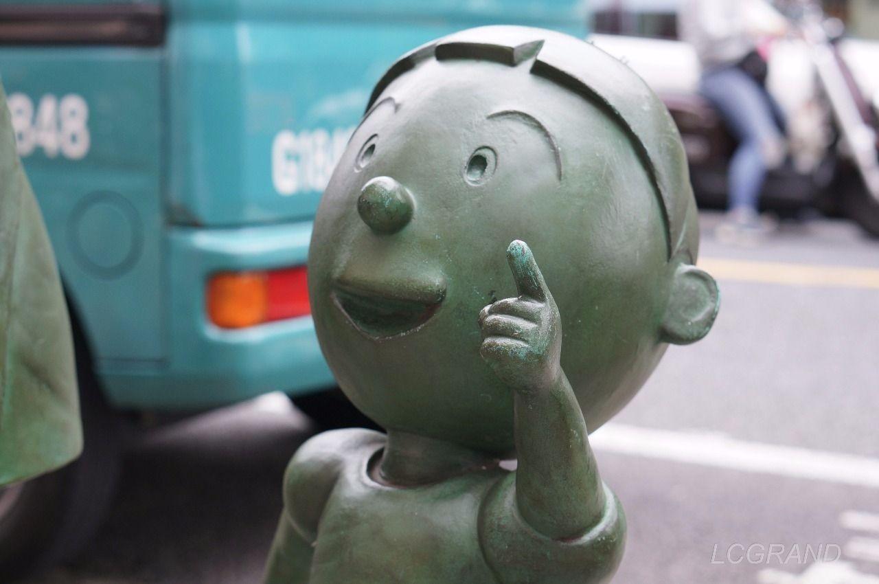 桜新町駅の南口出口にある上の方を指をさす可愛らしいタラちゃんの銅像