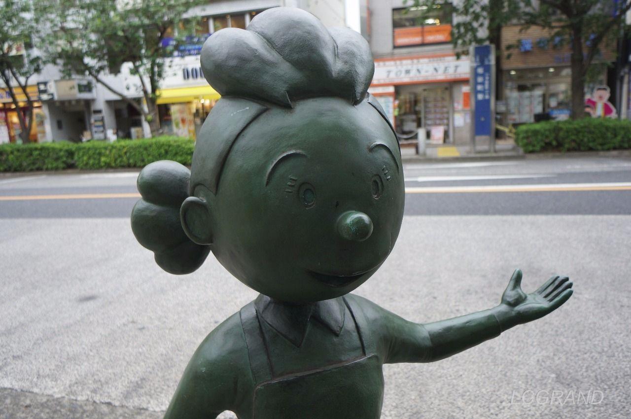 桜新町駅西口出口にある笑顔で迎えてくれるサザエさんの銅像
