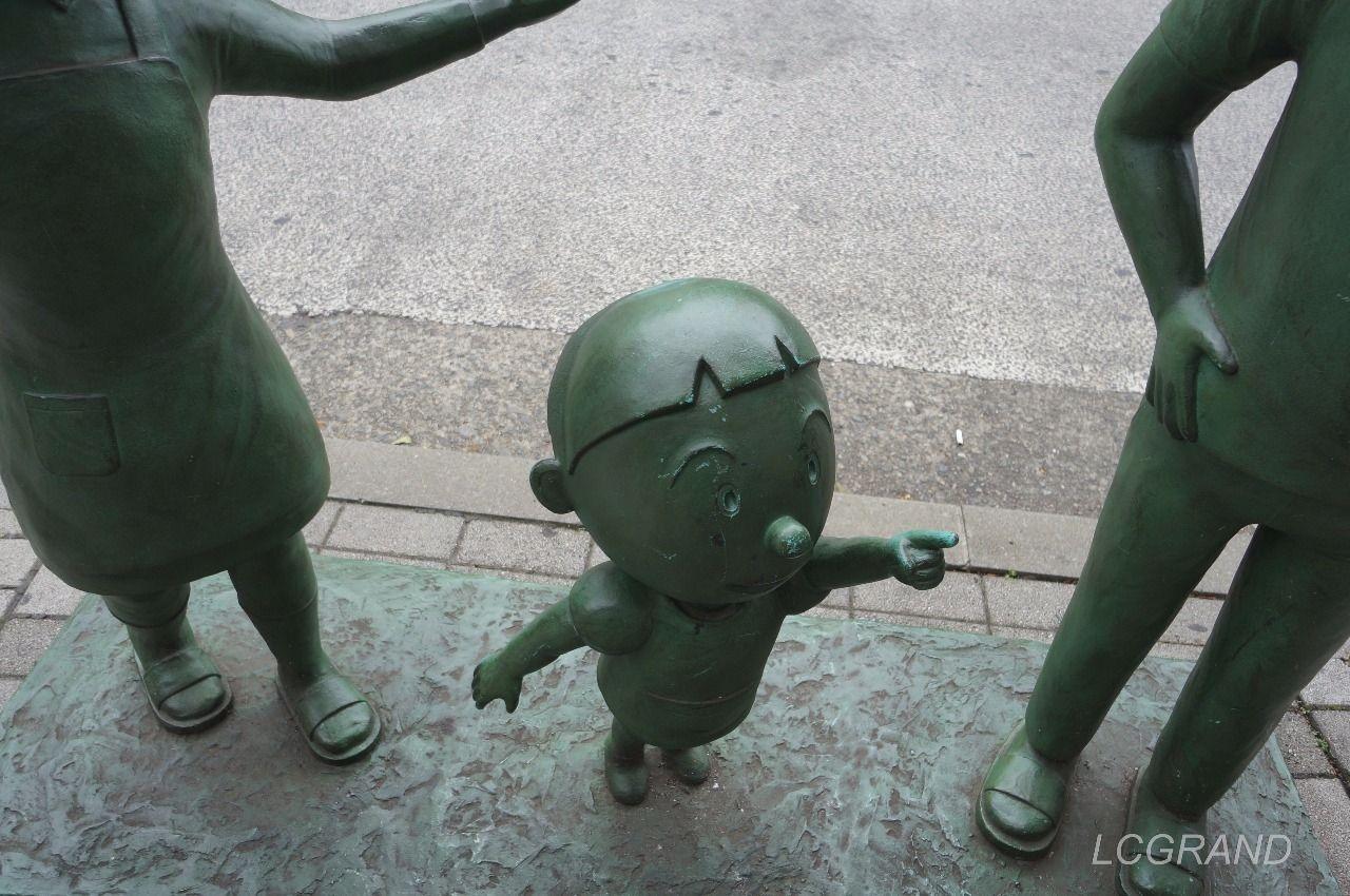 桜新町駅西口出口にあるカワイイタラちゃんの銅像