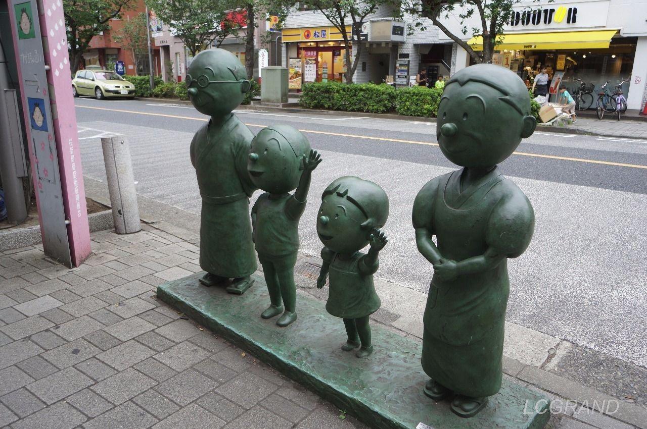 桜新町駅西口出口にある別角度からの波平さん、カツオ君、ワカメちゃん、フネさんの銅像
