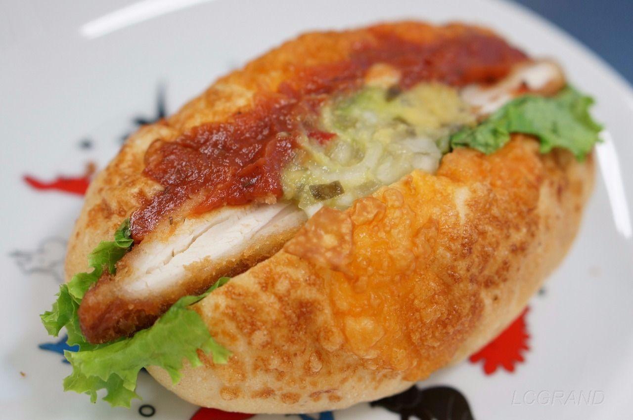 美味しいサルサソースがかかっているサンジェルマン用賀店のアボガドサラダのチキンカツサンド