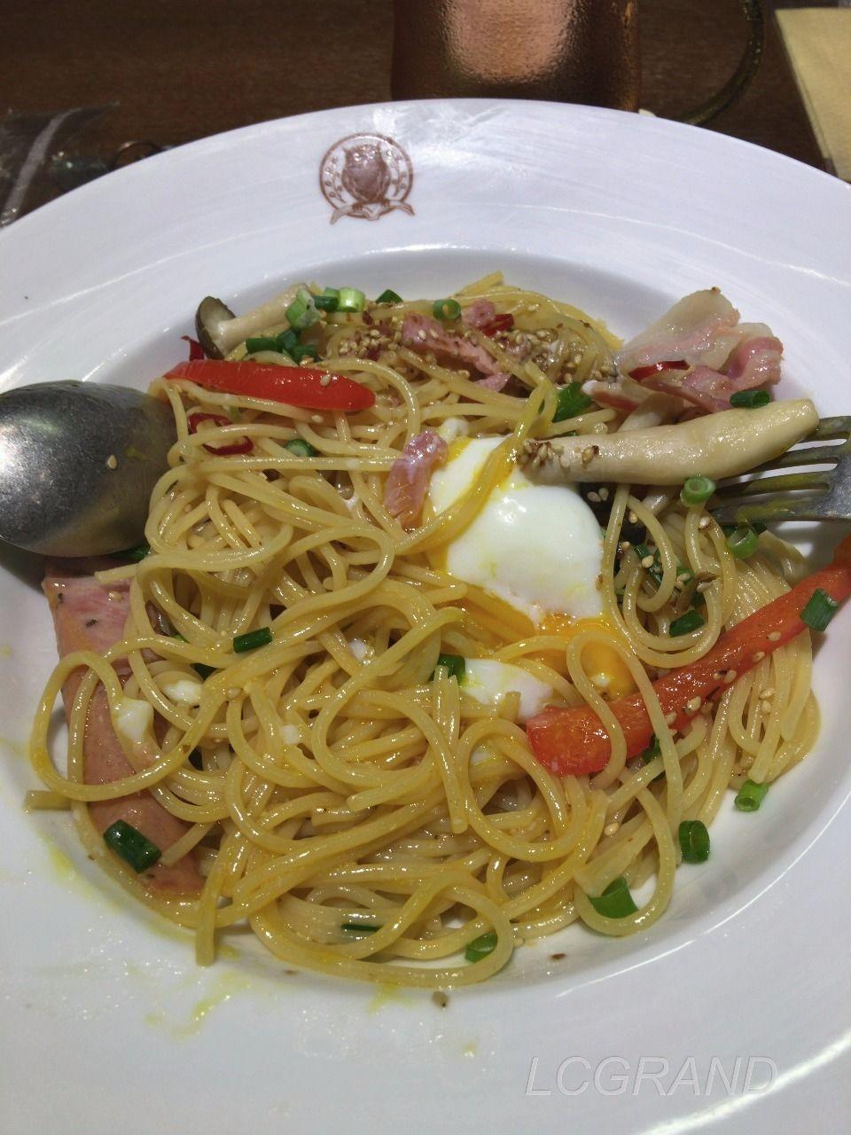 卵を割った直後の卵と麺が絡み合うイベリコベーコンの醤油バタースパゲッティ