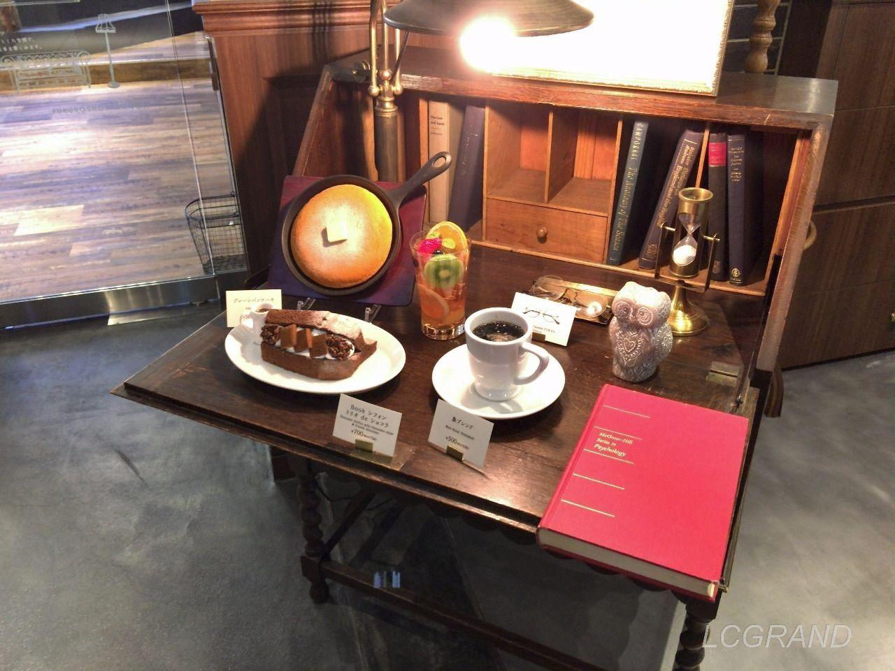 店のイメージに合った梟書茶房の食品サンプルのディスプレイ