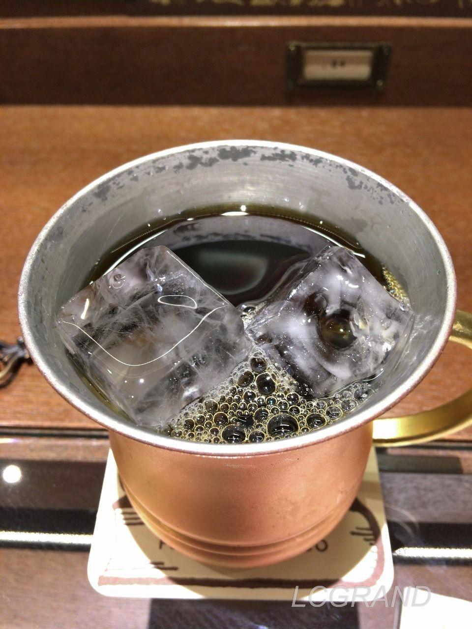 サイフォンで抽出された梟書茶房のアイスコーヒー