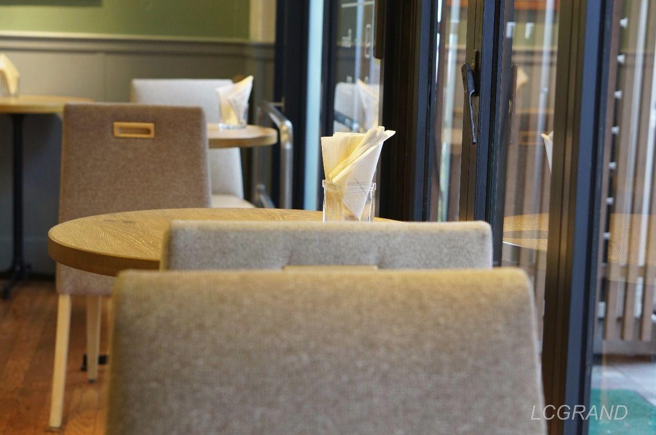 フレッシュネスバーガー用賀店の窓際の座席