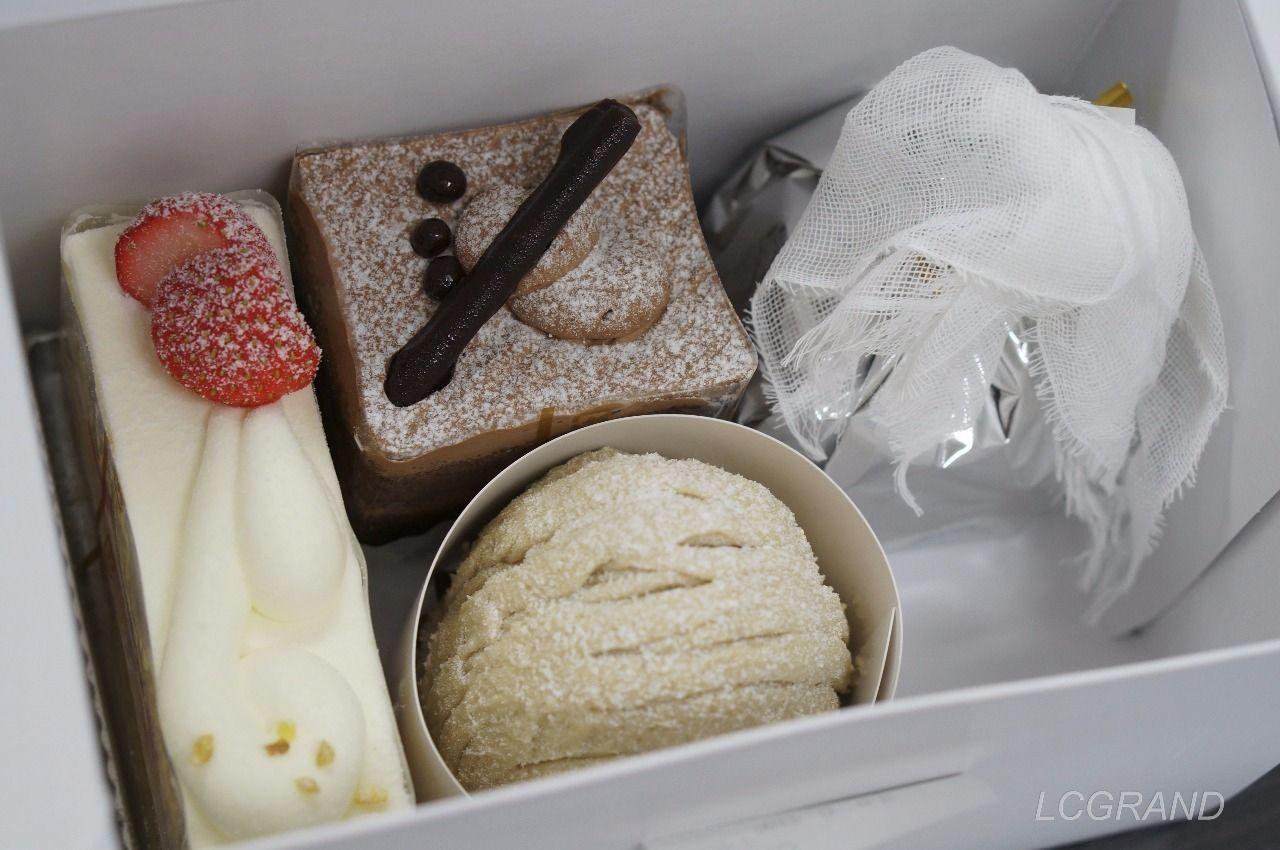 プラチノの箱に入った4つのケーキ