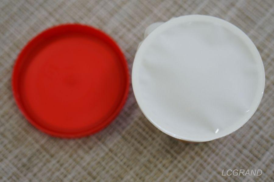 ベビースターラーメンonアイスの蓋を開けるとまず白いフィルムが貼られています。