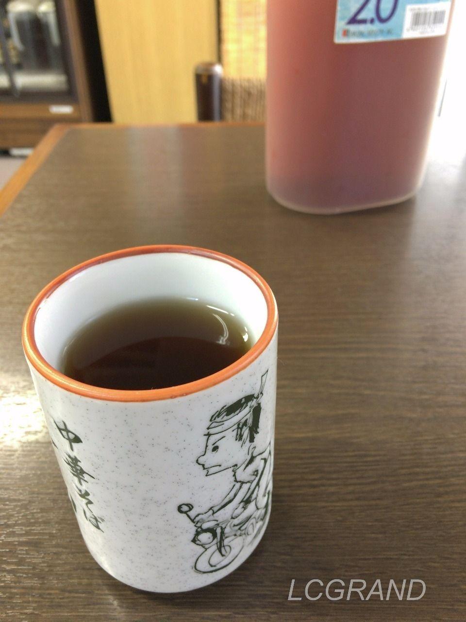 湯飲み茶碗にはいった麦茶 お茶 飲み放題