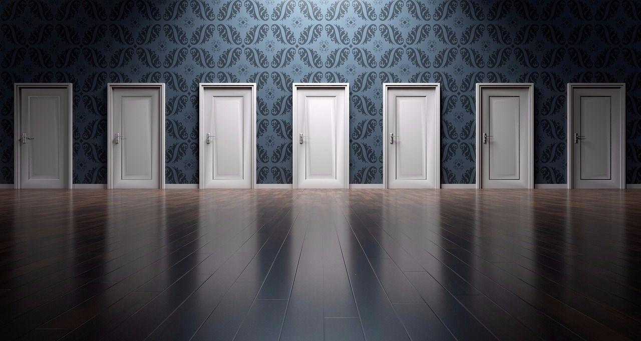 多くの扉が用意され、どの扉を開こうと自由