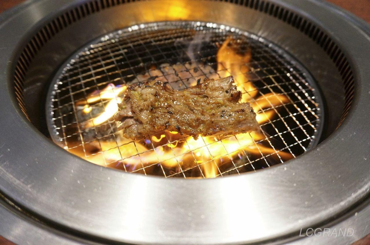 裏表をしっかり焼かれる牛角ビュッフェのカルビ