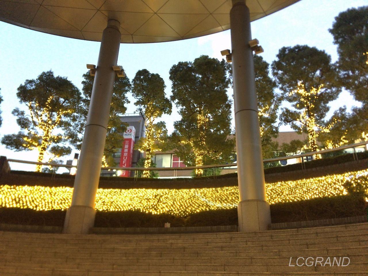 下方から用賀駅のイルミネーションを眺めたところ 奥には木が見られそこにもイルミネーションが飾られています。