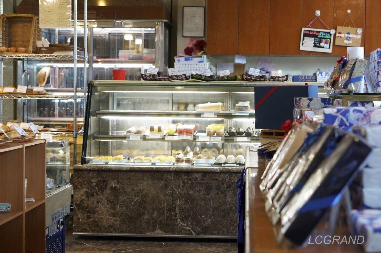 シェ・リュイ用賀店の美味しそうなケーキが並ぶガラスケース
