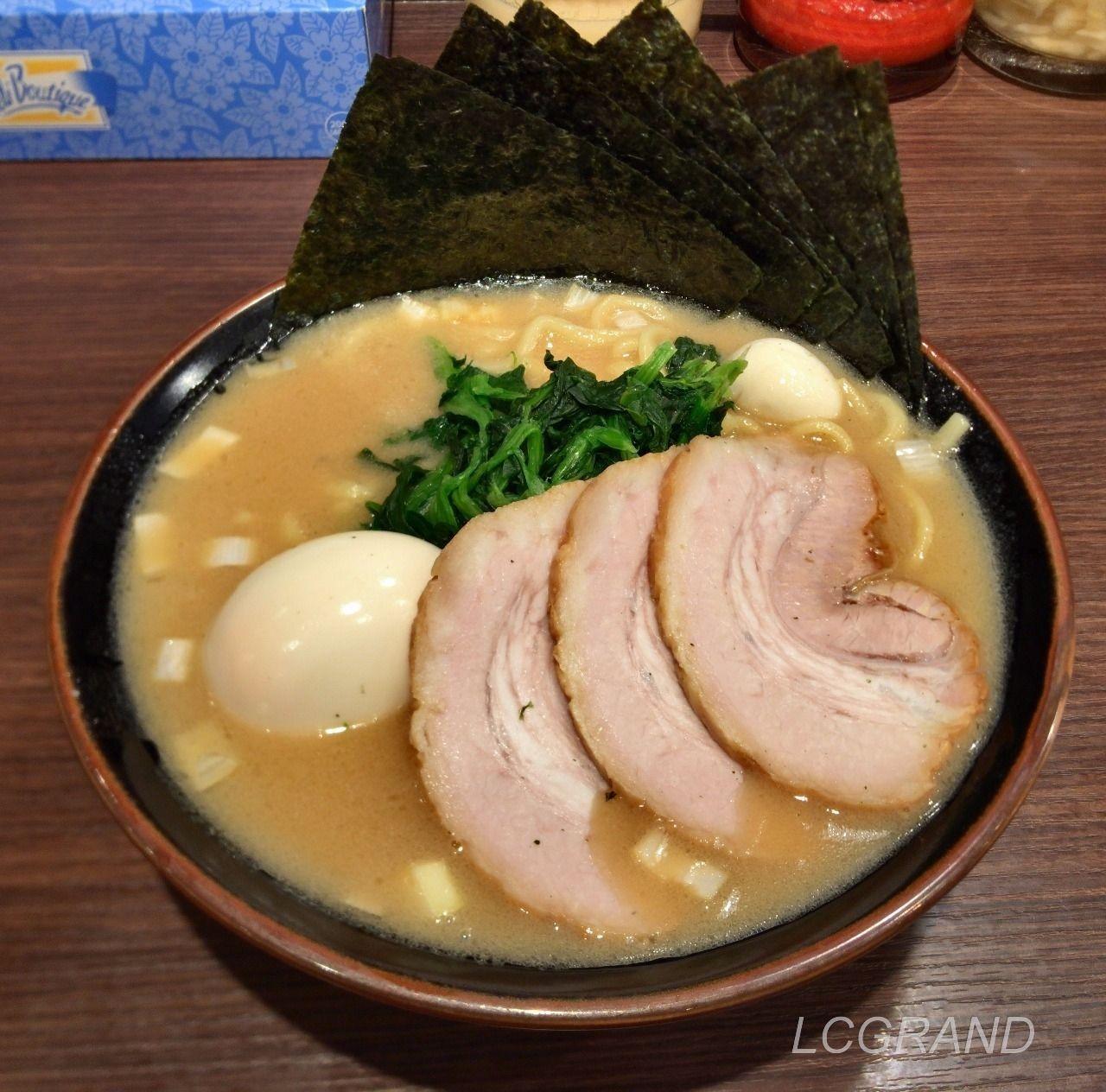 百屋のラーメン「用賀スペシャル」 チャーシューが3枚と味玉、海苔が6枚乗っています。うずらの卵も一個乗っています。