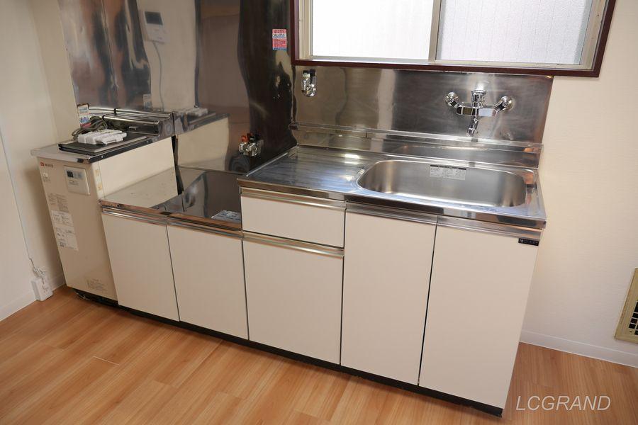 2口コンロが置け、まな板スペースもしっかりあり、シンクも広い使いやすいシステムキッチン