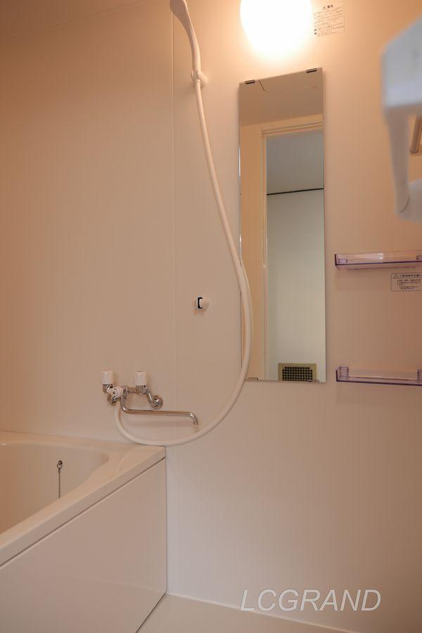 お風呂には鏡や棚があります