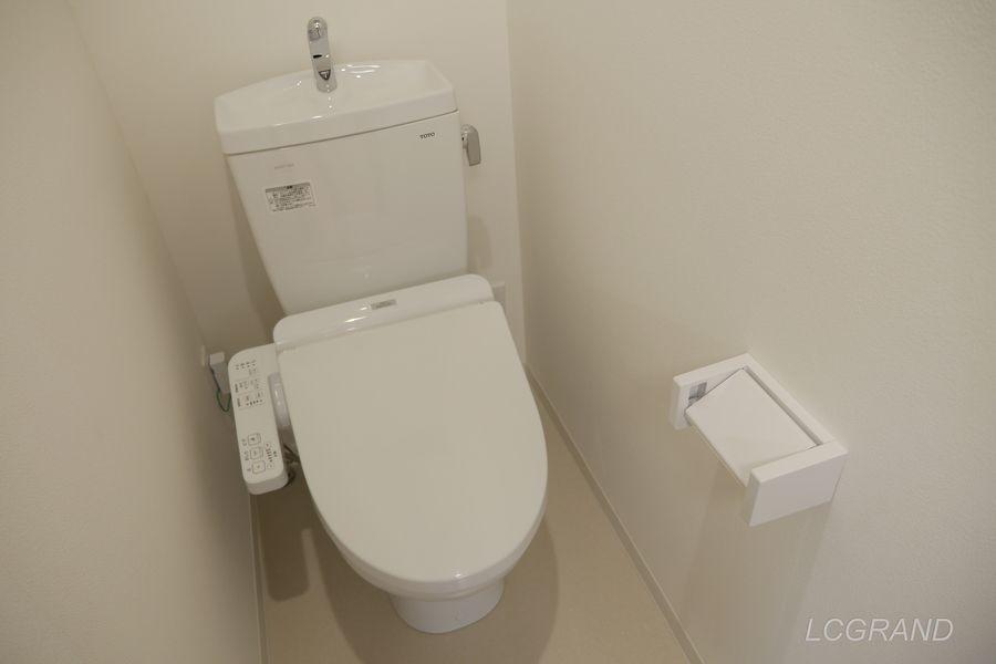 シャワー付きのトイレ