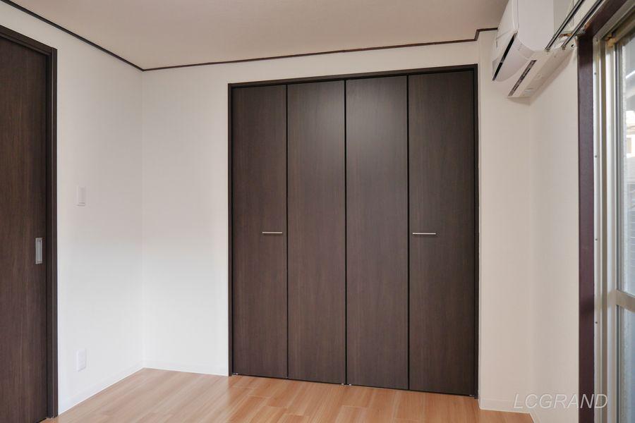 ダークブラウンのシックな雰囲気のクローゼットの扉