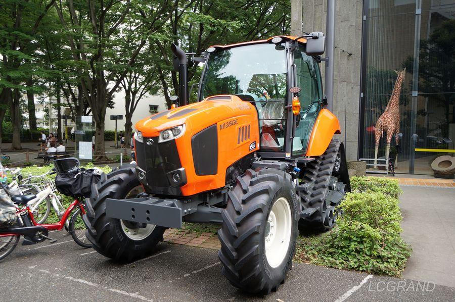 クボタ製の最新のトラクターは大きくて力強い